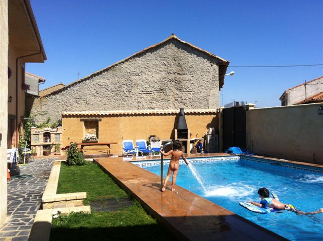 Jardin y piscina casa rural en pobladura del valle casa for Casa jardin de la plata